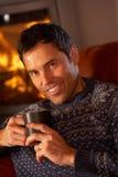 Hombre envejecido medio que se relaja con la bebida caliente foto de archivo libre de regalías