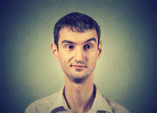 Hombre escéptico con descontento en su cara Imagen de archivo