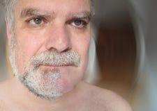 Hombre escéptico por su barba foto de archivo
