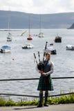 Hombre escocés con la falda escocesa y la gaita Foto de archivo libre de regalías