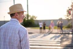 Hombre español maduro que espera para cruzar la calle foto de archivo libre de regalías