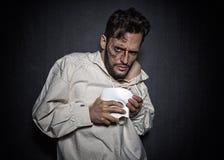Hombre espeluznante joven con cicatrices de la cara y una máscara blanca, vestida en un fantasma de la mirada de la ópera imágenes de archivo libres de regalías