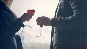 Hombre estricto con un vidrio que hace tictac de la mujer de vino rojo almacen de video