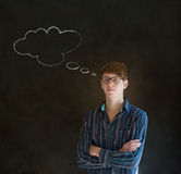 Hombre con la nube de pensamiento de la tiza del pensamiento con los vidrios Imagen de archivo libre de regalías