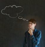 Hombre con la mano de pensamiento de la nube de la tiza del pensamiento en la barbilla con los vidrios Foto de archivo libre de regalías