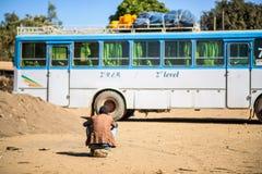 Hombre etíope que espera un autobús Fotos de archivo