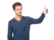 Hombre europeo con el pulgar para arriba Foto de archivo