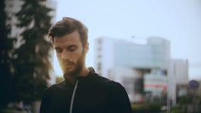 hombre europeo concentrado 4K que se prepara para comenzar Concepto de concentración y de foco Varón positivo hermoso barbudo almacen de metraje de vídeo