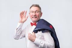 Hombre europeo maduro en la recepción de la mano de la onda del traje imagenes de archivo