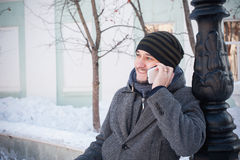 Hombre europeo que habla en el teléfono Foto de archivo libre de regalías