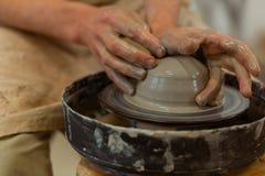 Hombre exacto talentoso que es amo profesional de la cerámica imagen de archivo