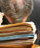 Hombre exasperado en el trabajo en oficina Imagen de archivo libre de regalías