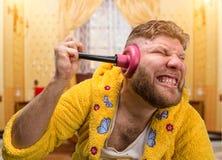 Hombre extraño con un émbolo en su oído imágenes de archivo libres de regalías