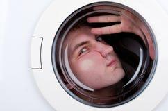 Hombre extraño dentro de la lavadora Fotos de archivo libres de regalías