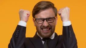 Hombre extremadamente feliz que muestra sí el gesto, el triunfo grande y el éxito, fondo brillante almacen de video