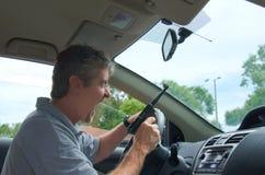 Hombre extremo de la rabia del camino con un arma Imagenes de archivo