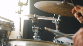 Hombre extremo del primer en la ropa negra que juega en los tambores y las tambor-placas en estudio almacen de video