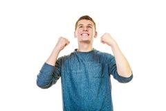 Hombre feliz acertado con los brazos para arriba que aprietan el puño Imagenes de archivo