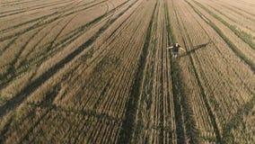 Hombre feliz acertado joven que corre en el campo, brazos extendidos Visión panorámica aérea almacen de metraje de vídeo