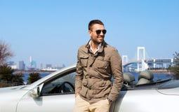 Hombre feliz cerca del coche del cabriolé al aire libre Imagen de archivo libre de regalías