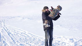 Hombre feliz con dos pequeños niños que se divierten en nieve metrajes