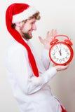 Hombre feliz con el despertador Tiempo de la Navidad Imágenes de archivo libres de regalías