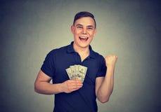 Hombre feliz con el dinero aislado en fondo gris imágenes de archivo libres de regalías