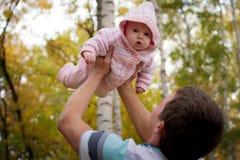 Hombre feliz con el pequeño bebé Imagen de archivo libre de regalías