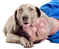 Hombre feliz con el perro imagenes de archivo
