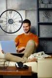 Hombre feliz con la computadora portátil Imagenes de archivo