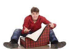 Hombre feliz con la maleta del recorrido. Imagen de archivo libre de regalías