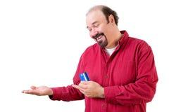 Hombre feliz con la tarjeta vuelta hacia arriba vacía de la mano y de crédito Imagenes de archivo