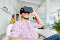 Hombre feliz con las auriculares de la realidad virtual en la oficina imágenes de archivo libres de regalías