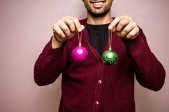 Hombre feliz con las decoraciones de la Navidad imagen de archivo