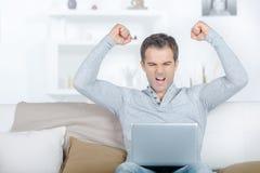 Hombre feliz con logros realmente impresionantes imágenes de archivo libres de regalías