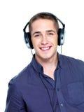Hombre feliz con los auriculares Imágenes de archivo libres de regalías
