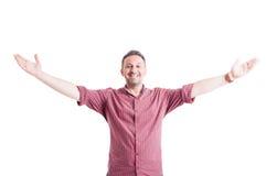 Hombre feliz con los brazos abiertos de par en par Imagen de archivo libre de regalías