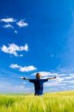 Hombre feliz con los brazos para arriba Foto de archivo