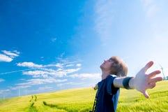 Hombre feliz con los brazos para arriba Fotos de archivo libres de regalías