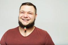 Hombre feliz con los clips de la barba Foto de archivo libre de regalías