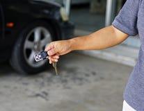 Hombre feliz con nuevo clave del coche Foto de archivo libre de regalías
