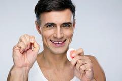 Hombre feliz con seda dental Imágenes de archivo libres de regalías