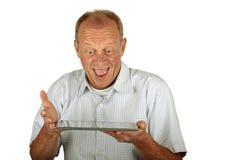 Hombre feliz con su ordenador de la tablilla Imagen de archivo