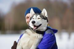 Hombre feliz con un perro esquimal Fotos de archivo libres de regalías
