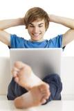 Hombre feliz con una computadora portátil Imagen de archivo libre de regalías