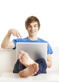 Hombre feliz con una computadora portátil Foto de archivo libre de regalías