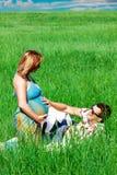 Hombre feliz de los pares y muchacha embarazada Fotos de archivo libres de regalías