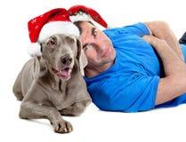 Hombre feliz de Papá Noel con su perro imágenes de archivo libres de regalías