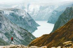 Hombre feliz de salto en las montañas de Noruega imagenes de archivo