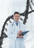 Hombre feliz del doctor que se coloca con el filamento de la DNA 3D Fotografía de archivo libre de regalías